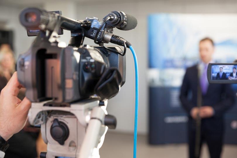 لماذا تشغل أخبار السياسية الحيز الأكبر في الإعلام؟