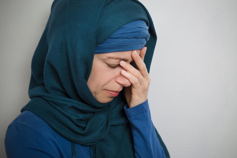 المرأة بين مطرقة التعنيف الأسري وسندان القانون والقبيلة