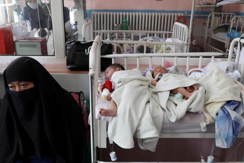 فيروزا: امرأة ترضع الأطفال الأيتام بعد هجوم على مستشفى للولادة