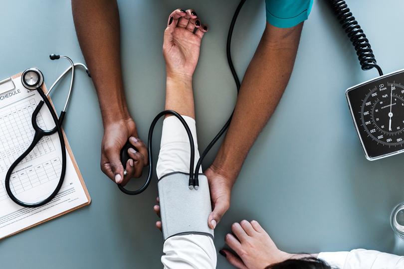 انخفاض ضغط الدم.. مامدى خطورته وكيف نعالجه؟