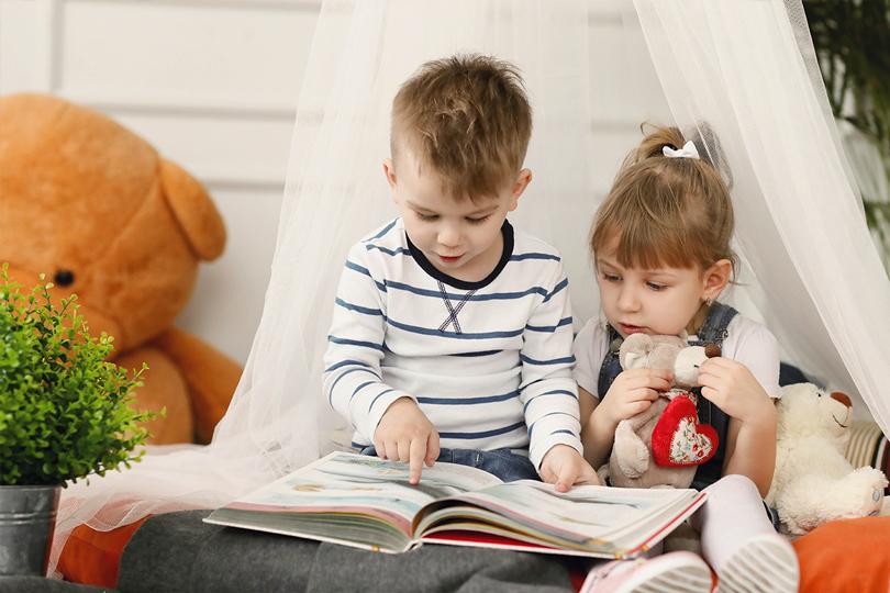 قصص الأطفال.. عالم آخر يداعب أفكارهم البريئة