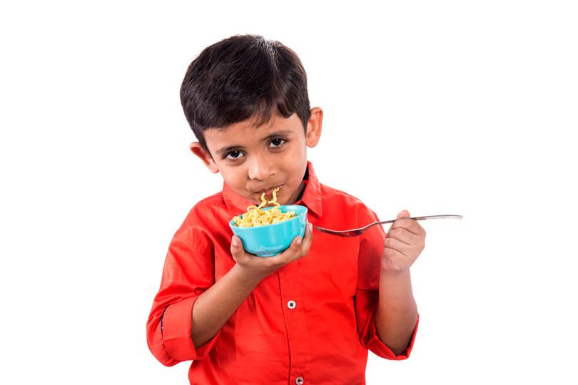 هل هناك مخاطر صحية لتناوله الإندومي على الأطفال؟