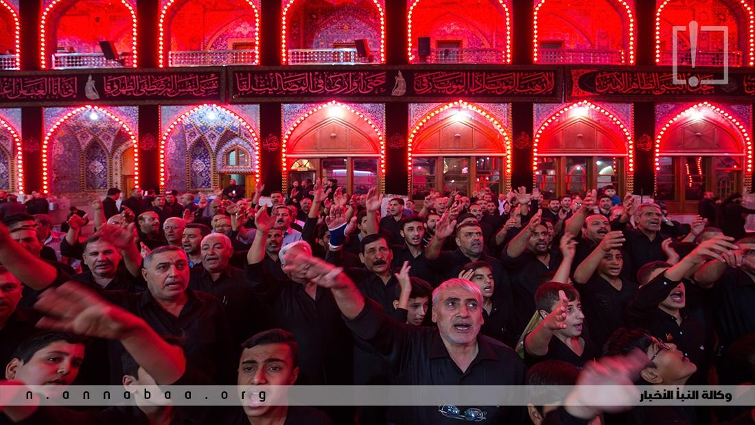 الاف يتجمعون لتجديد البيعة والحزن امام قبر ابا عبد الله الحسين (ع)