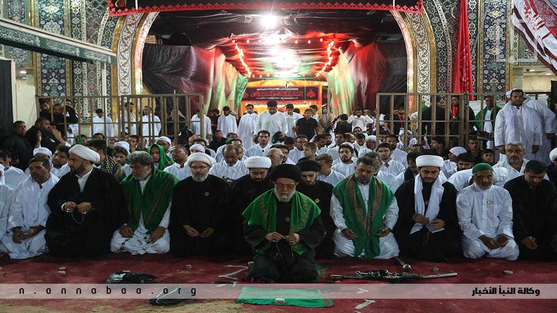 جموع مؤمنة تؤدي صلاة العشائين في الصحن الحسيني الشريف