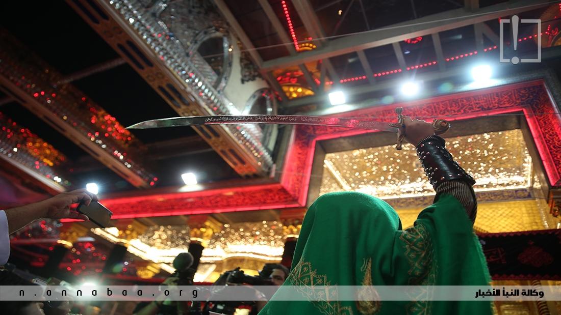 يرفع شبيه القاسم عليه السلام السيف ليجدد البيعة والنصرة للإمام الحسين عليه السلام