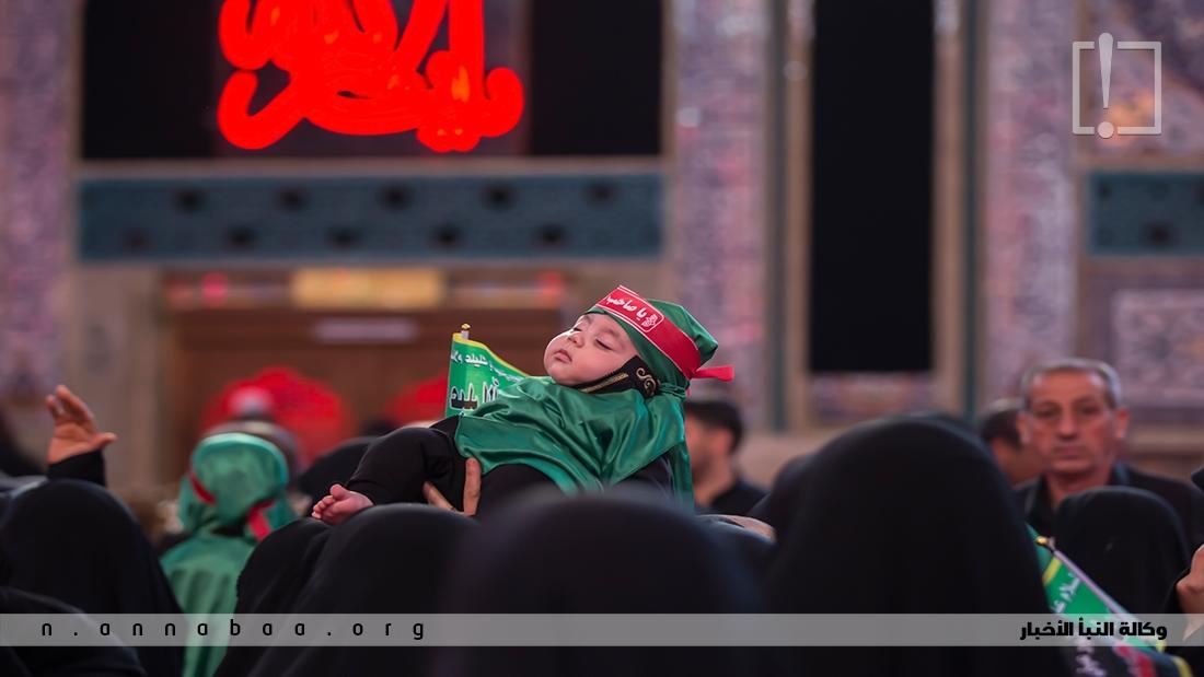 خرج الإمام الحسين عليه السلام راجلاً يحمل الطفل الرضيع، وكان يظلله من حرارة الشمس فصاح أيها الناس، إن كان ذنب للكبار فما ذنب الصغار.