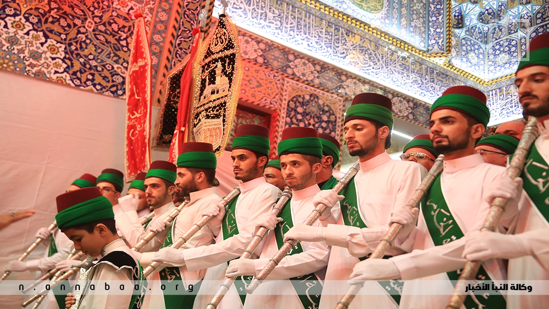 يرتدون أثناء العزاء زيِّهم التقليدي وعمائمهم الخضراء، ومعهم الخدم من غير السادة بعمائمهم الصفراء الملفوفة على الطربوش الأحمر، يتقدّمهم حملة الأعلام والصولجانات