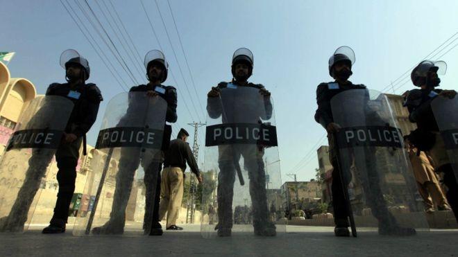 الشرطة في باكستان تقف على أهبة الاستعداد خلال إحياء الشيعة في باكستان للمناسبة.