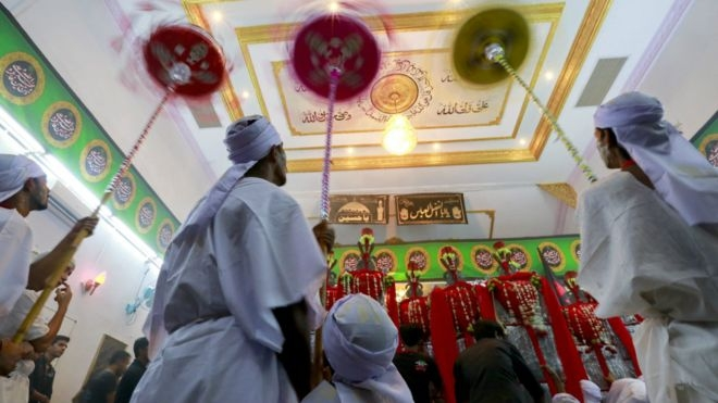 مسلمون شيعة في ميانمار يشاركون في إحياء ذكرى مقتل الإمام الحسين في القرن السابع الميلادي.