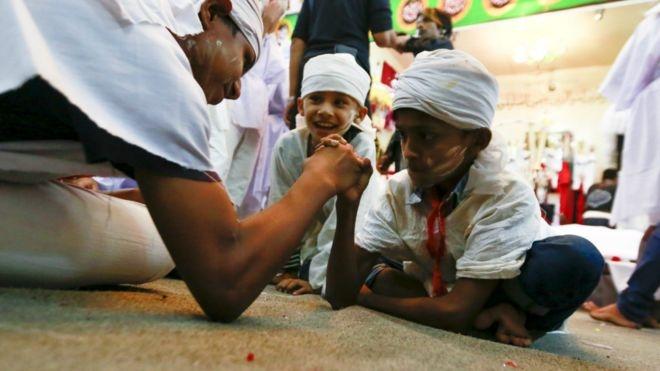 أطفال من الشيعة في ميانمار يحيون ذكرى عاشوراء بأسلوبهم الخاص.