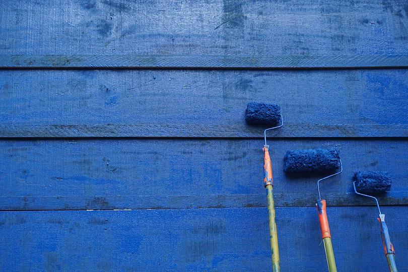 10 أشياء إذا وجدت في بيتك فلن تهنأ بالراحة لون الحوائط الأزرق من بينها