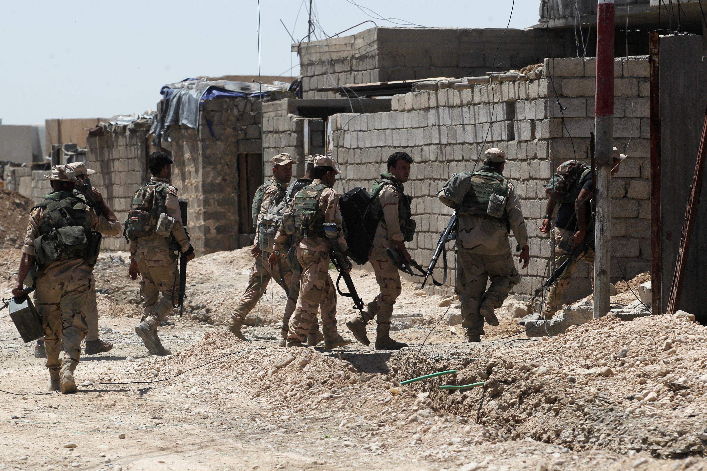قوة من الجيش العراقي تقوم بتطهير المنازل من المتفجرات التي تركها ارهابيو داعش في منطقة الهرمات