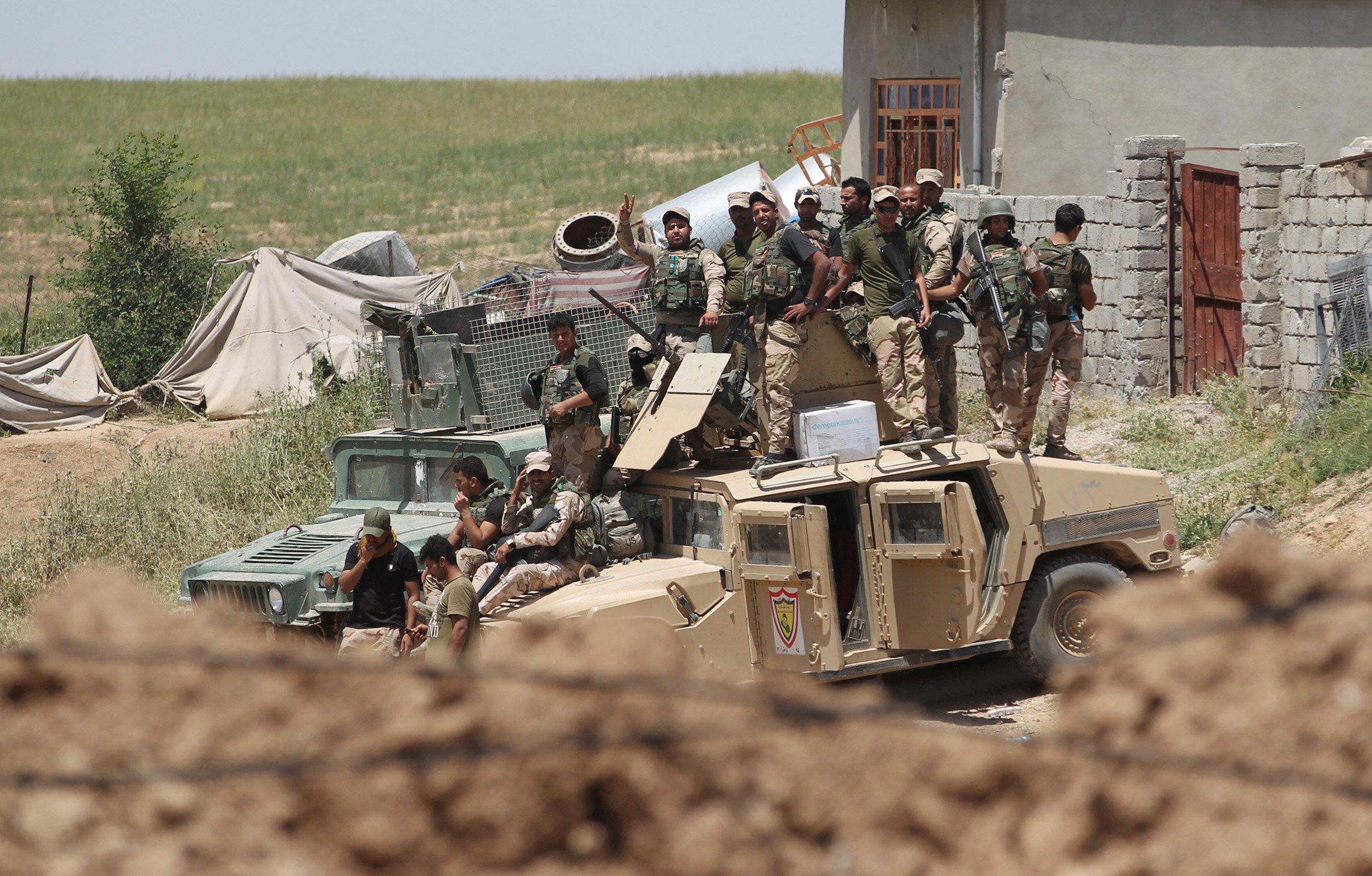 لقطة تجمع بين مصفحة تابعة للجيش العراقي فرقة المشاة السادسة عشرة ومصفحة اخرى لقوات الشرطة الاتحادية