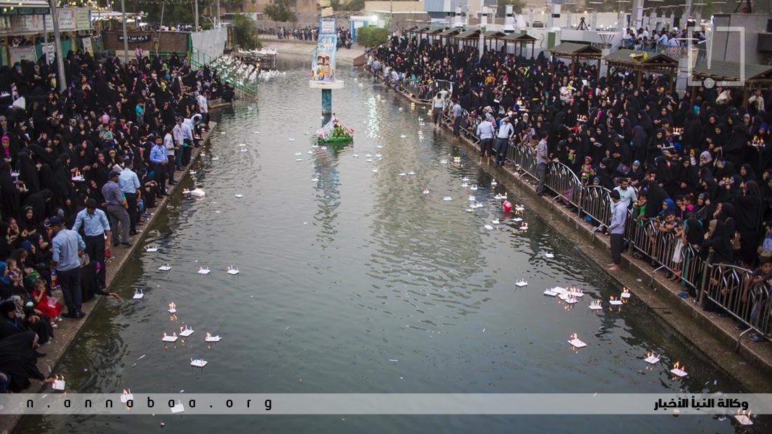 يصطف الآلاف من المؤمنين على جانبي نهر الحسينية القريب من مقام الامام المهدي عليه السلام  وهم يشاهدون آلاف الشموع تسبح فيه، في طقس يتجدد كل عام مع ميلاد حجة الله على عباده