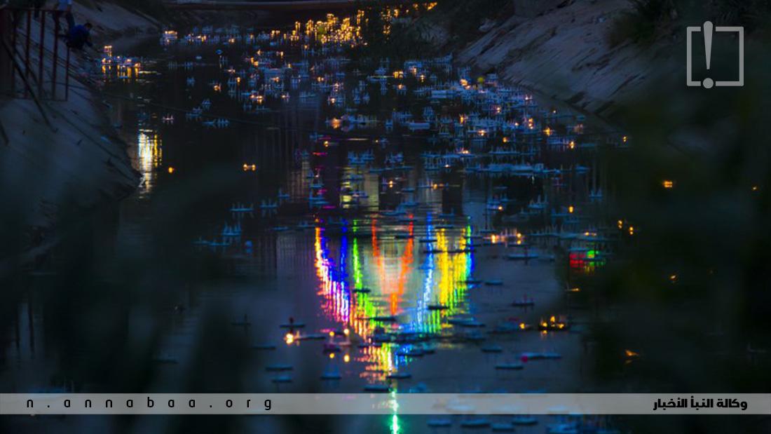 الآلاف من الشموع وهي تطفو  فوق نهر  الحسينية الذي يحتضن المقام بأنواره التي عانقت السماء لتعلن للعالم ميلاد الموعود