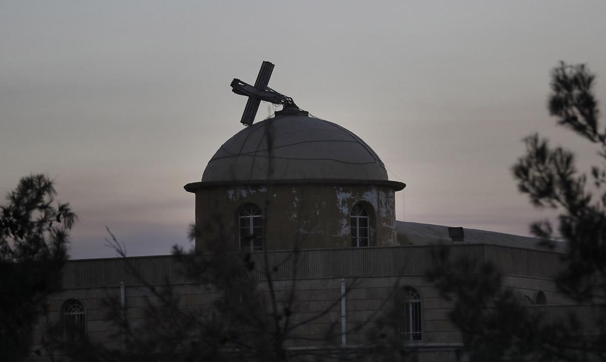 صليب مكسور لكنيسة مسيحية في الحمدانية في 26 نوفمبر/ تشرين الثاني 2016، بعد أن حررتها القوات العراقية من ارهابيي داعش.