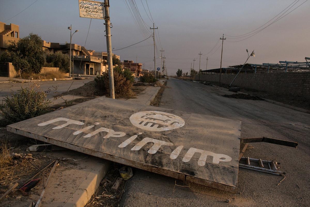 لوحة وضعها ارهابيي داعش في منتصف الطريق وتمت ازالتها بعد تحرير الحمدانية في 8 نوفمبر/ تشرين الثاني 2016.