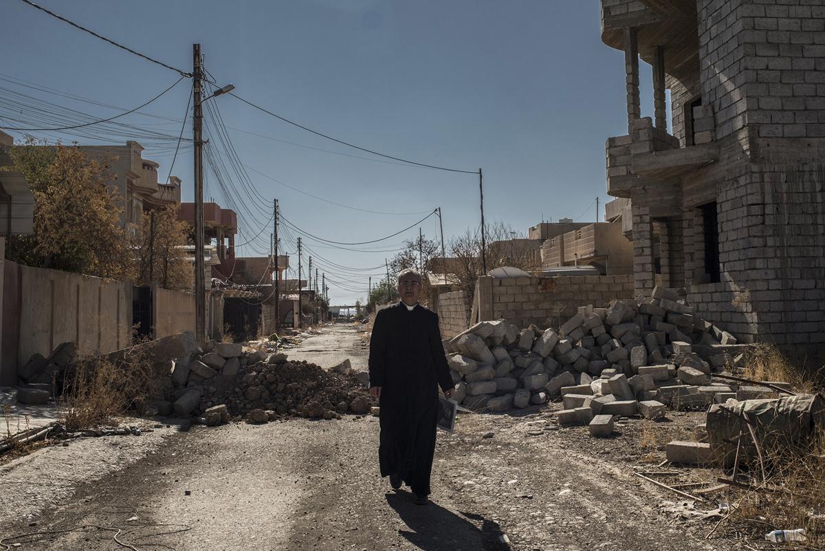 قس يمشي في شوارع الحمدانية في 4 نوفمبر 2016 بعد تحريرها.