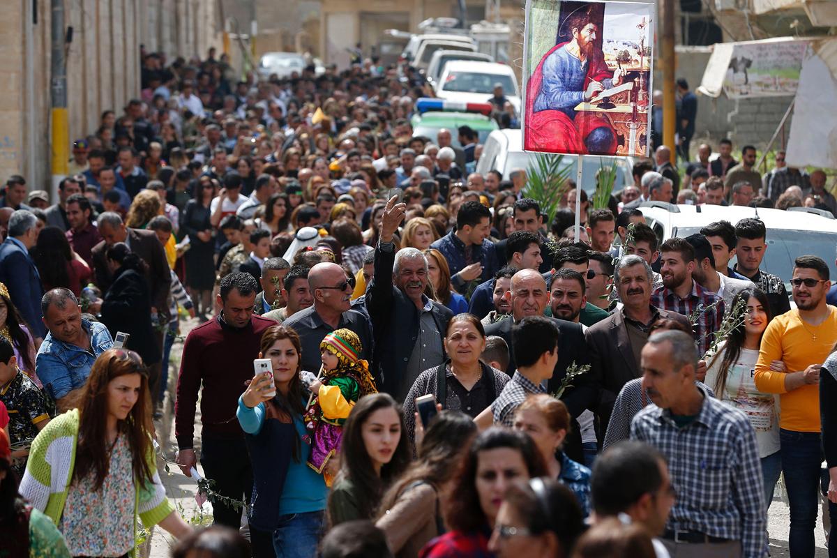 المسيحيون العراقيون من الحمدانية يشاركون في قداس في 9 أبريل 2017، حيث يحتفل المسيحيون بأحد الفعاليات الأولى من نوعها في البلدة منذ استعادتها القوات العراقية من ارهابيي داعش.