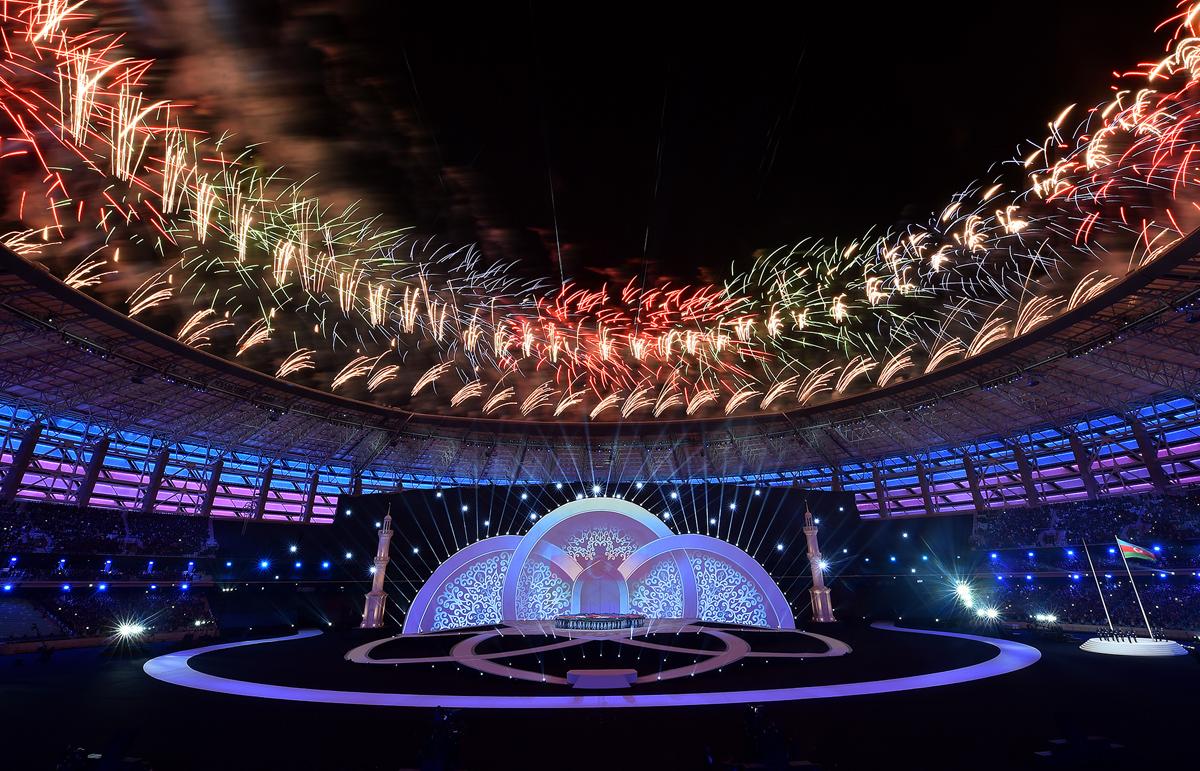 بدأت دورة العاب التضامن الاسلامي بإطلاق الألعاب النارية مع رفع العلم الأذربيجاني خلال حفل الافتتاح في 12 مايو 2017.
