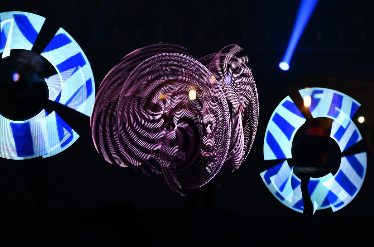 اضواء ليزرية راقصة خلال حفل الافتتاح