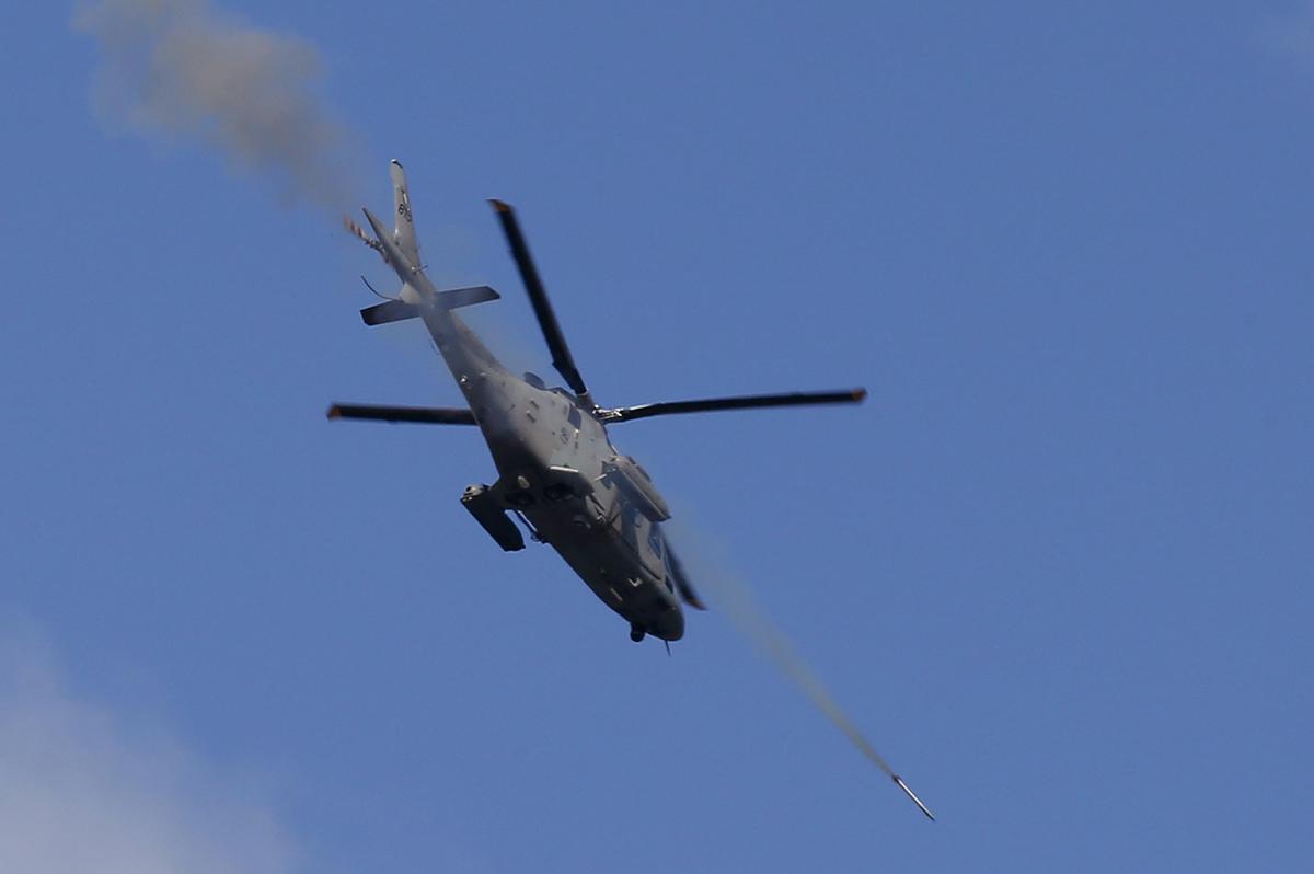 مروحية حربية تطلق صاروخا على مواقع الارهابيين خلال العملية المستمرة لاستعادة السيطرة على بعض المناطق في مدينة مراوي في 28 مايو 2017.