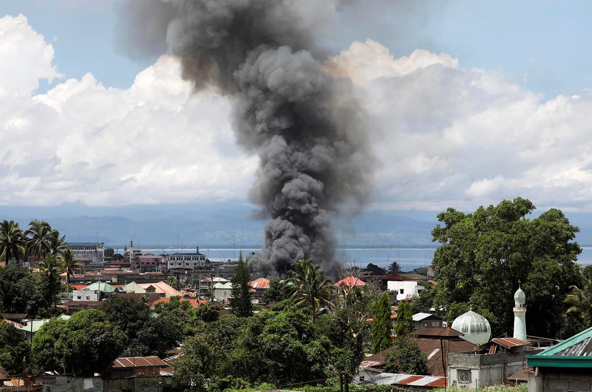 الدخان يتصاعد من وسط المدينة بعد هجوم جوى شنته القوات الحكومية الفلبينية يوم 30 مايو 2017 فى مدينة مراوى.