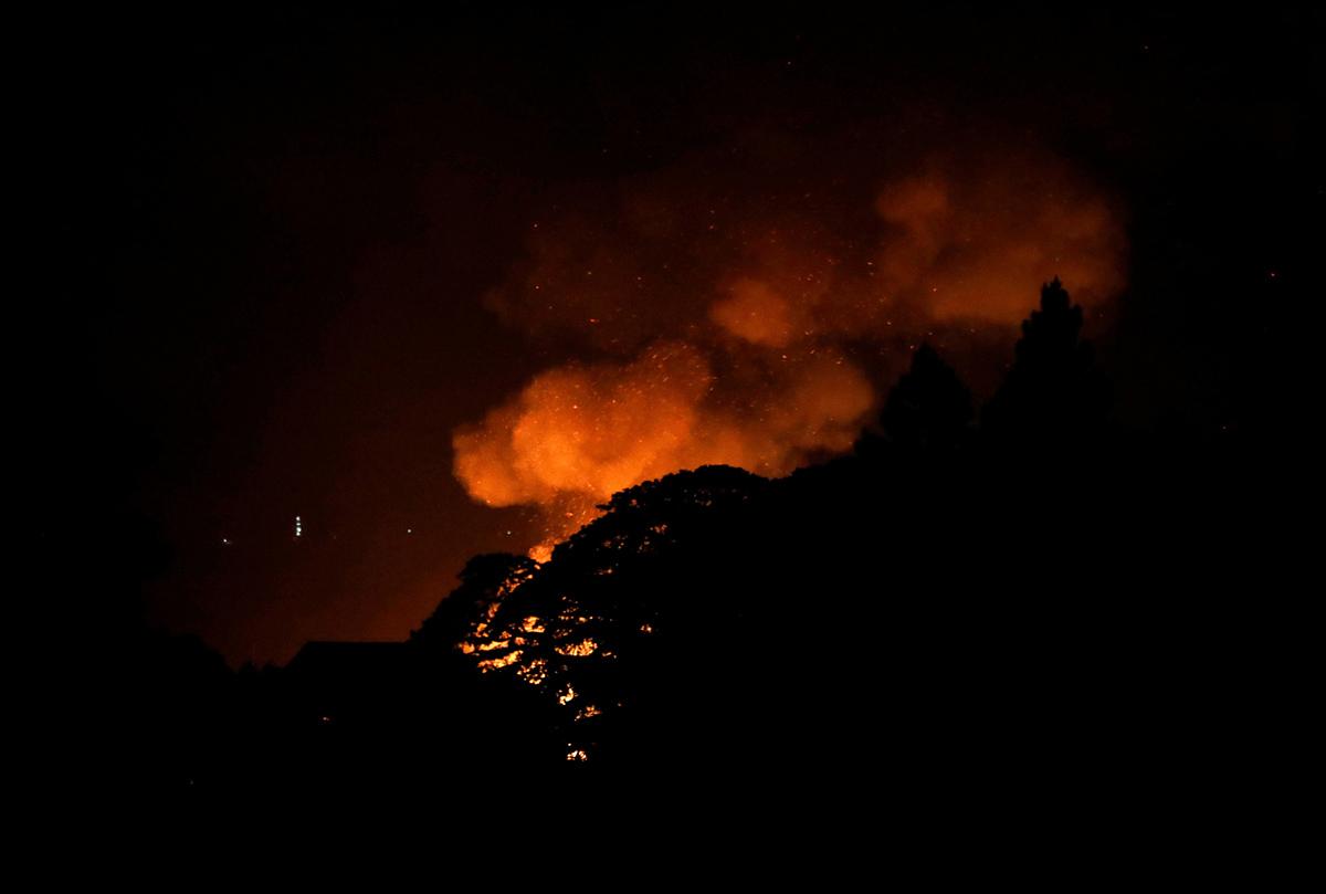 حريق ناتج عن استمرار القتال بين جنود الحكومة ومجموعة الموت، في مدينة مراوي، في 28 مايو 2017.