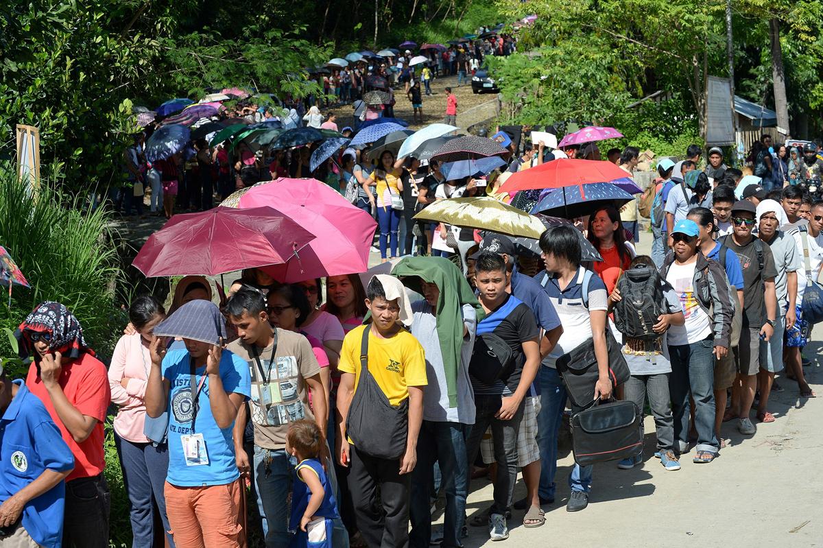 الهاربون من القتال يصطفون عند نقطة تفتيش للشرطة عند مدخل مدينة ايلجان فى جزيرة مينداناو الجنوبية يوم 29 مايو من عام 2017 بعد ان اقفلت السلطات المحلية المدينة بسبب تهديد الارهاب.