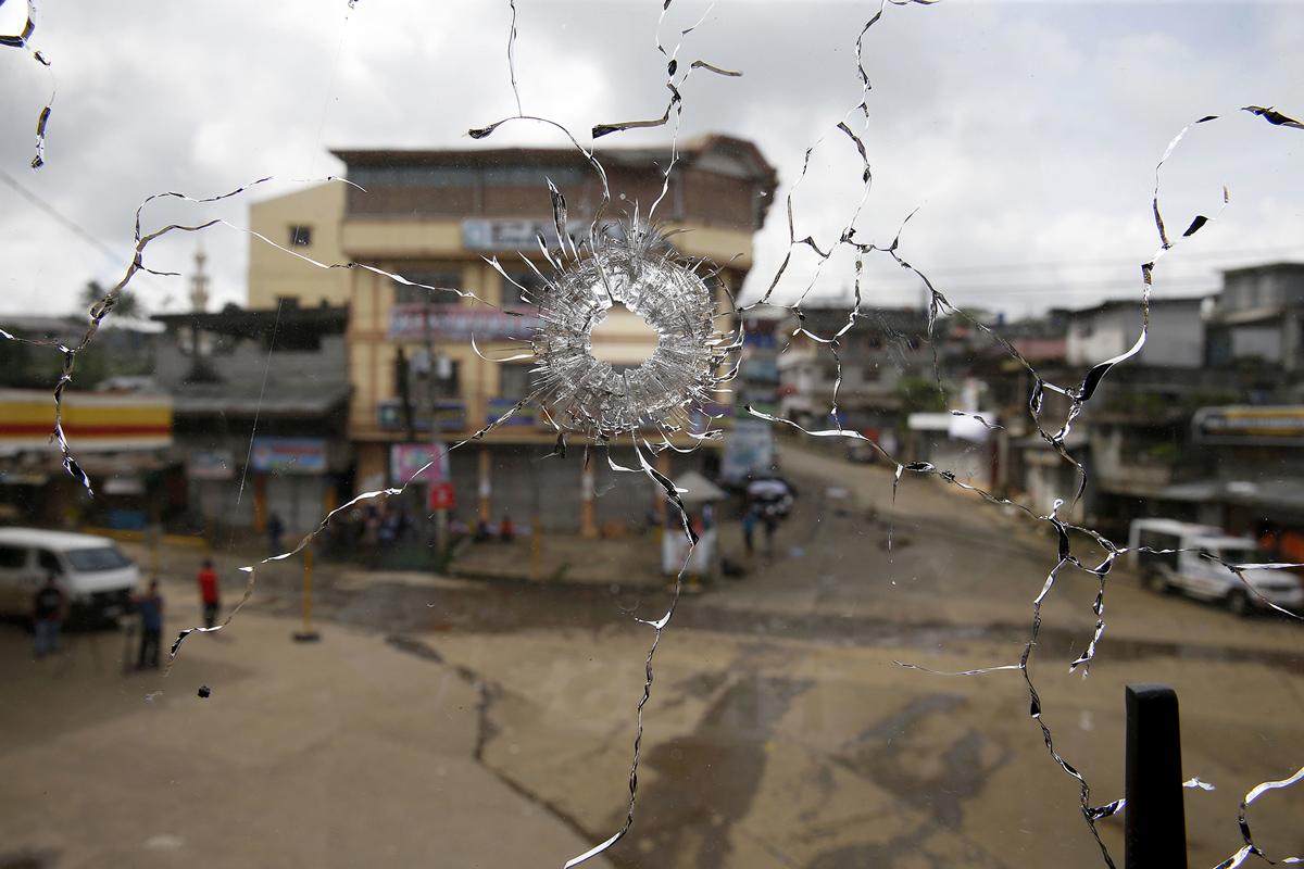 ثقب رصاصة في نافذة بمبنى في موقع معركة مسلحة سابقة بين القوات الحكومية والمسلحين في مراوي في 29 مايو 2017.