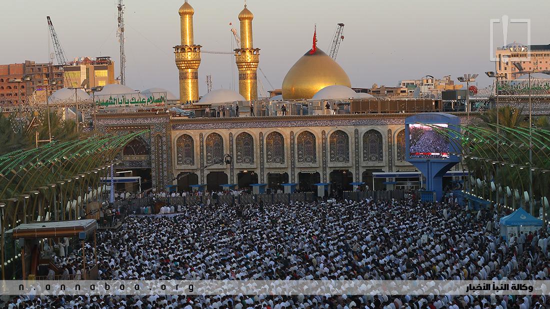 الاف المؤمنين يجتمعون بين الحرمين للمشاركة في صلاة العيد