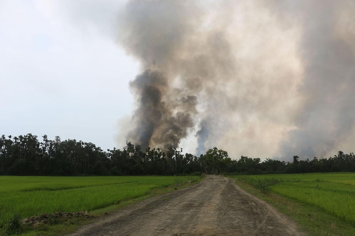 دخان يرتفع من ما يعتقد أنه قرية محترقة في منطقة ماونغدو الجنوبية من ولاية راخين بورما، في 4 سبتمبر 2017.