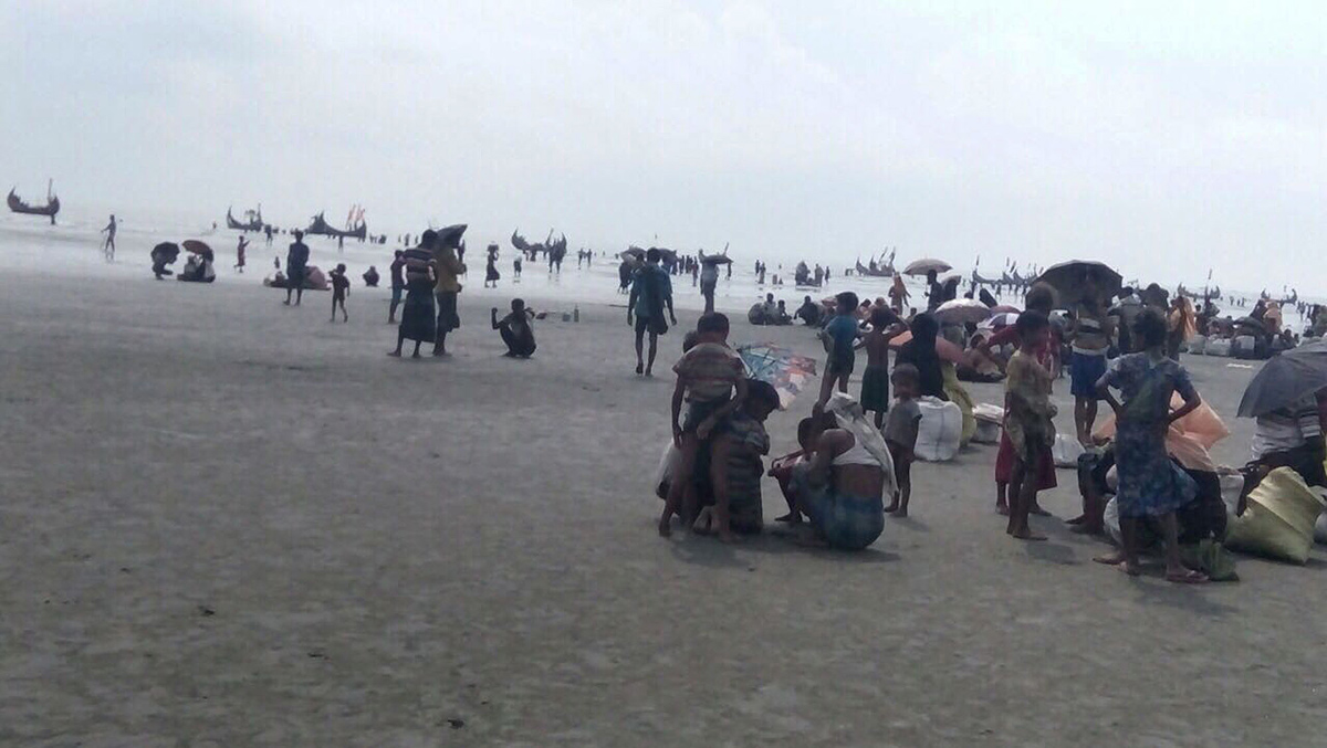 مئات من الروهينجا يتجمعون على الشاطئ بعد فرارهم من قراهم متهمين جنود بورما بإطلاق النار على منازلهم. كانوا ينتظرون العبور إلى بنغلاديش عبر الحدود في ماونغداو في 5 سبتمبر 2017.