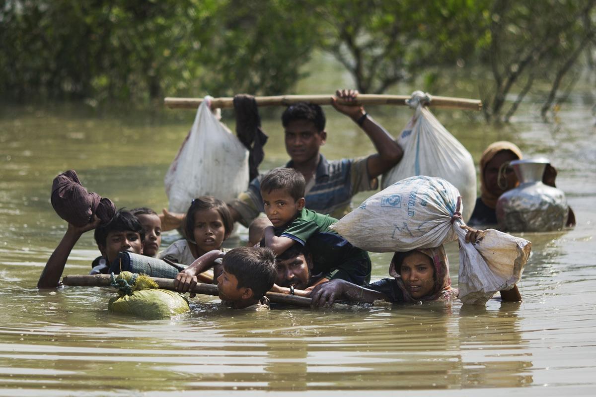 عائلة من الروهينغا تصل إلى الحدود البنغلاديشية بعد عبور خور نهر ناف، على الحدود مع بورما، بالقرب من مدينة كوكس بازار، في 5 سبتمبر 2017.