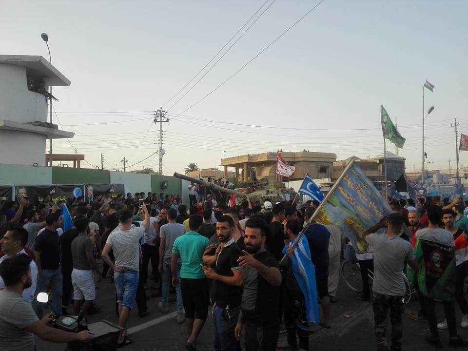 مئات المدنيين تجمعوا للاحتفال برفع العلم العراقي فوق مبنى المحافظة