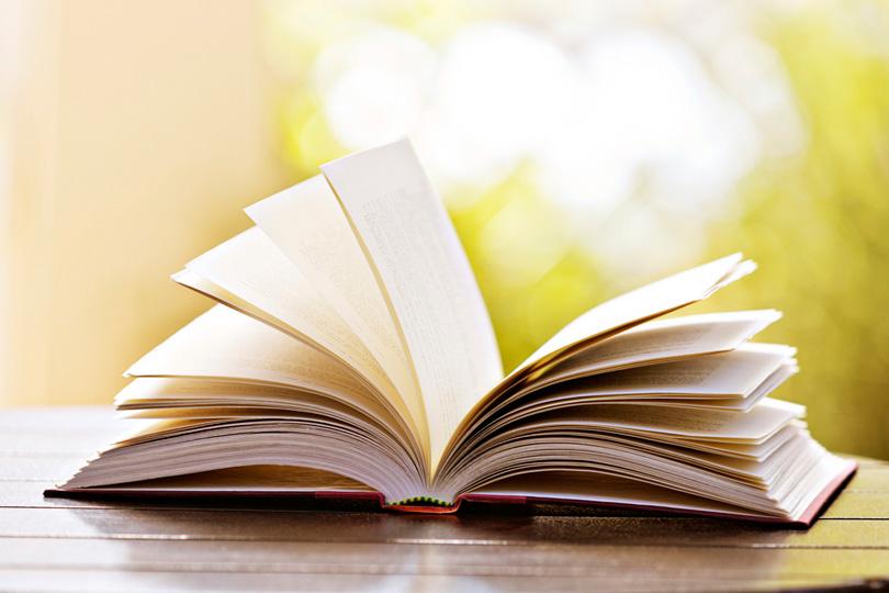 Book Cover Photography Hashtags : الـكتـاب الـورقـي يتـحـدى الـهجـمـة الالـكـتـرونـيـة