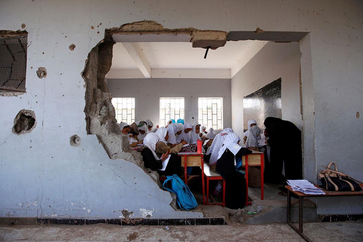 مدرسة تقدم التعليم للتلاميذ رغم استهدافها من قبل التحالف السعودي