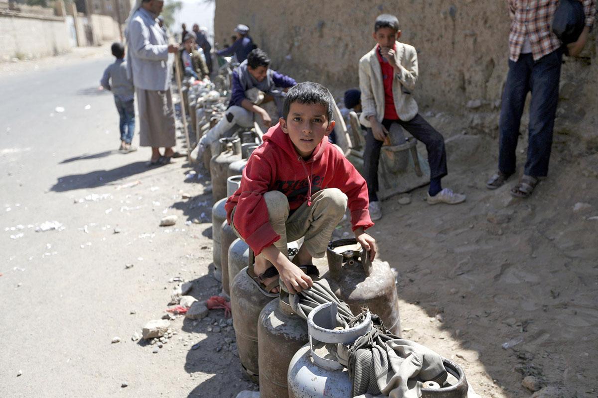 ازمة الخدمات اتسعت في اليمن بعد تشديد الحصار ومنع دخول الوقود