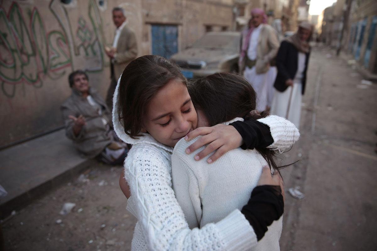 طفلتان تتعانقان بعدما نجيتا من قصف منزلهما في صنعاء