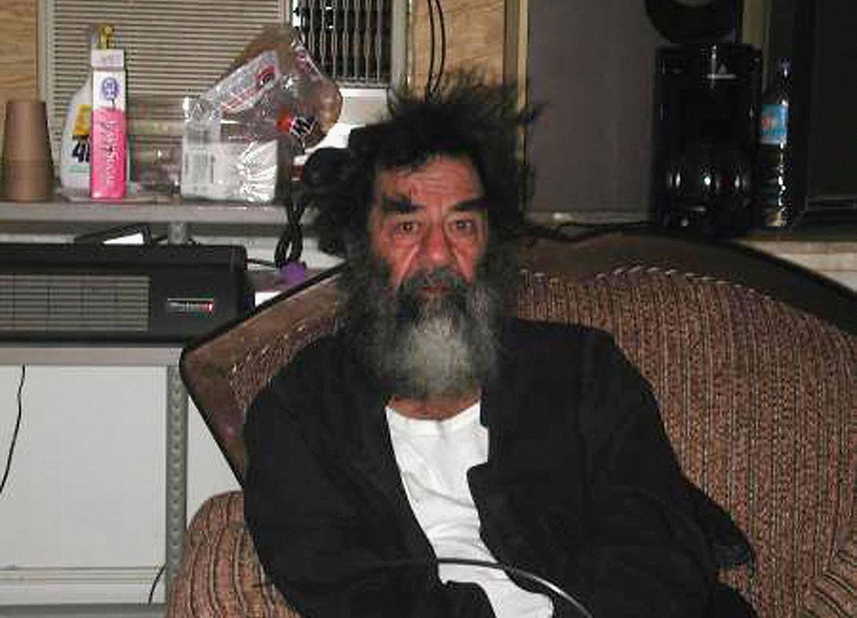 صورة تُظهر رئيس النظام الدكتاتوري صدام حسين بعد إلقاء القوات الأمريكية القبض عليه في 13 ديسمبر / كانون الأول 2003.  وقد أُلقي القبض عليه في حفرة تحت الأرض في مزرعة في بلدة الدور بالقرب من مسقط رأسه.