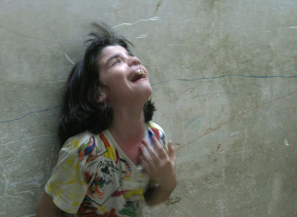 ميس، وهي فتاة عراقية صغيرة، تبكي بعد سقوط قذيفة هاون سقطت خارج منزل العائلة في منطقة سكنية في النجف، وأصابت عمها في 18 أغسطس/ آب 2004.
