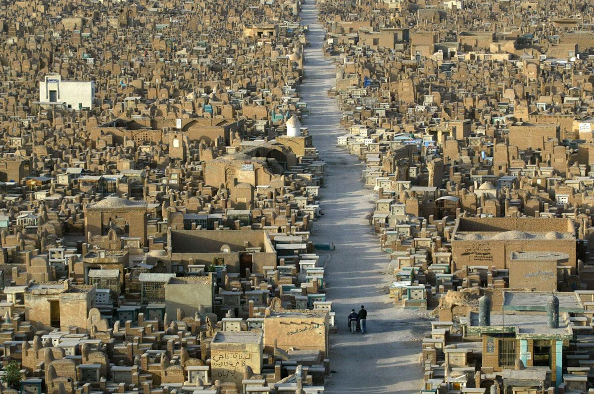 مقبرة وادي السلام في النجف الاشرف والتي شهدت توسعا مخيفا عقب الغزو نتجية وقوع مئات الالاف من الضحايا