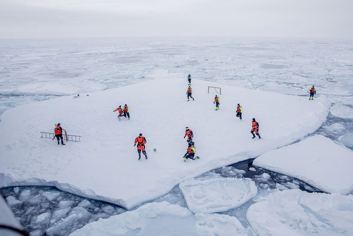 فريق KV سفالبارد، الذي شكله بحارة البحرية النرويجية وعلماء من المعهد النرويجي للبحوث البحرية، يلعبون كرة القدم وهم محميون من الدببة القطبية على يد حراس مسلحين في البحر حول جرينلاند، في 22 مارس 2018.