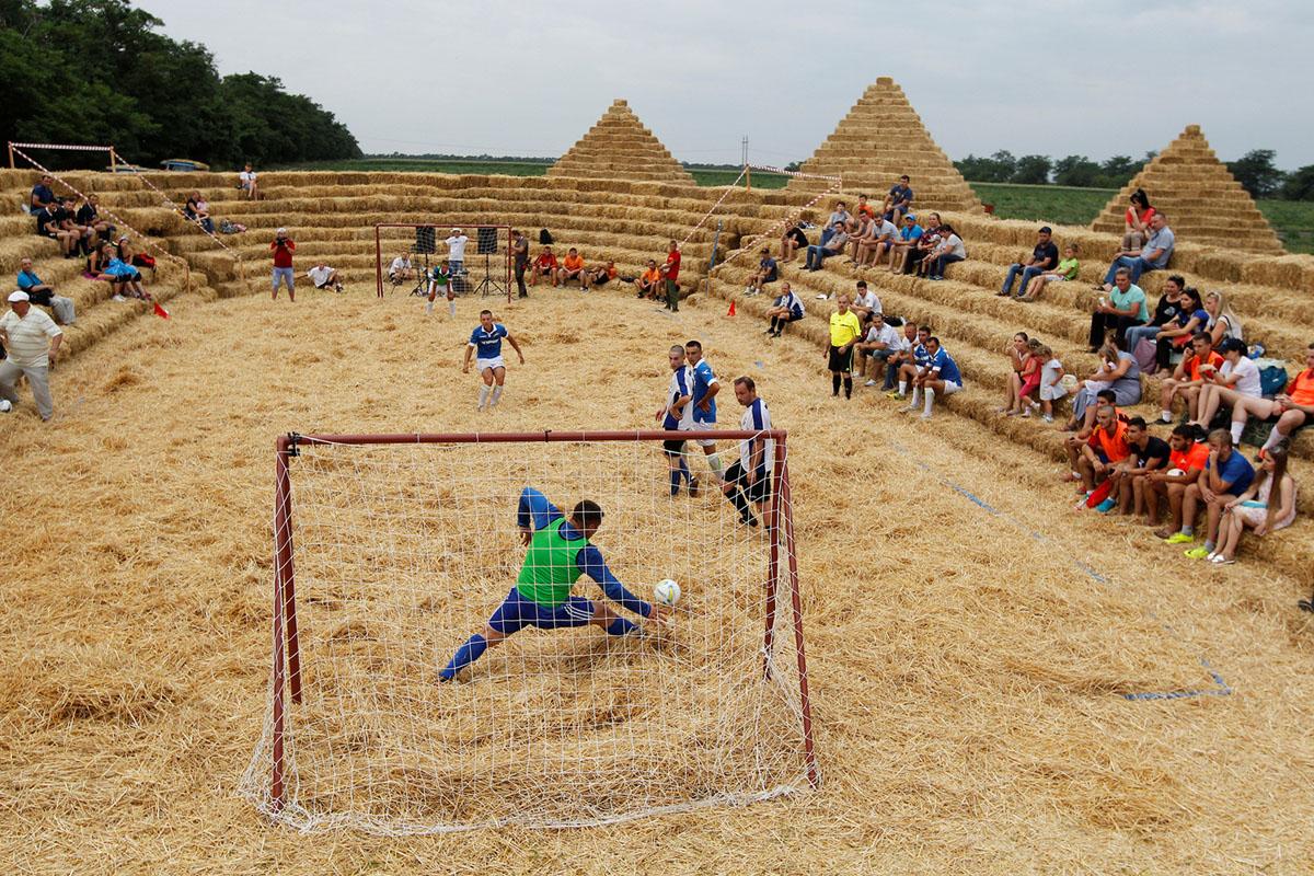 يحضر اللاعبون بطولة كرة القدم بين فرق الهواة المحلية في ملعب مصنوع من القش يدعى زينيت أرينا، في مستوطنة كراسنوي في منطقة ستافروبول بروسيا في 22 يوليو 2017.
