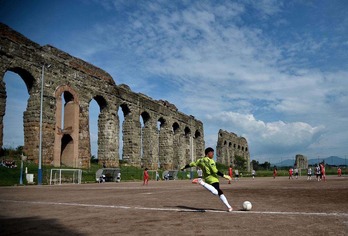يتنافس اللاعبون خلال مباراة كرة قدم محلية من الدرجة الثالثة بين أتليتيكو ديريتي وسيتوس روما في 8 مايو 2016 ، على أرض كامبو جيريني بجانب ملعب فيليس في روما ، إيطاليا.