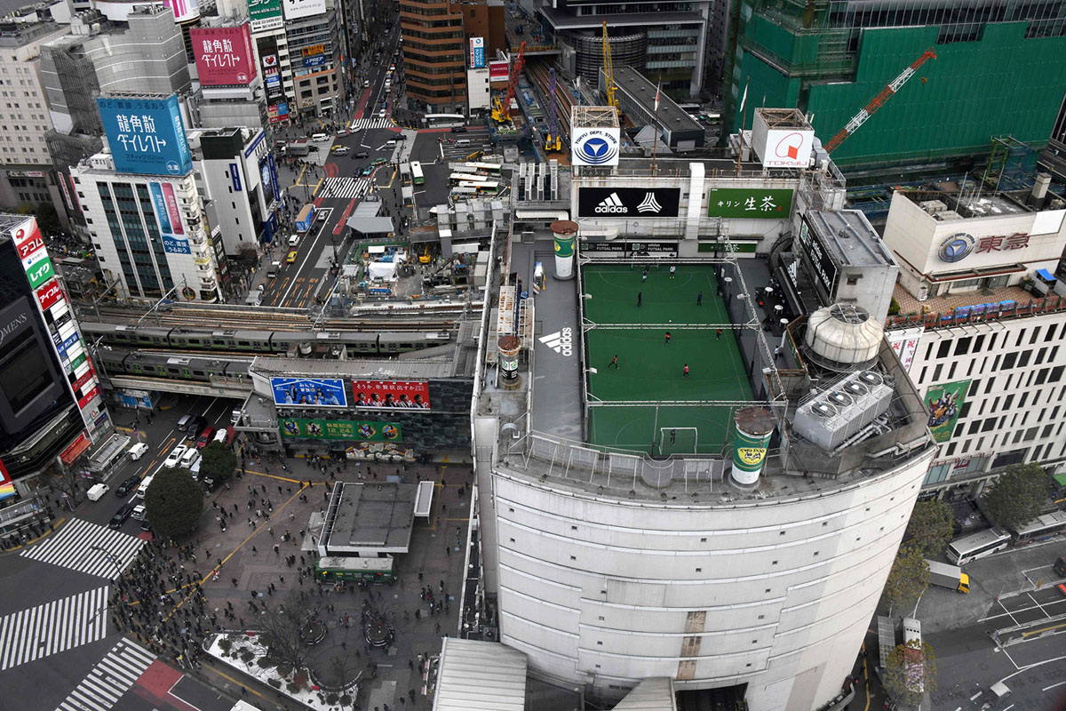 ملعب لكرة القدم داخل الصالات، مبني على سطح أحد المتاجر الكبرى بجوار معبر شيبويا (أسفل اليسار)، في طوكيو، اليابان، تم تصويره في 20 ديسمبر، 2017.