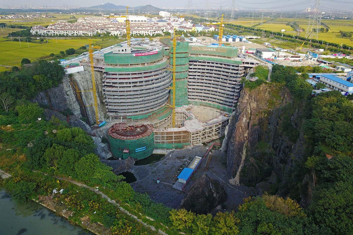 موقع بناء فندق تم بناؤه داخل مقلع مهجور في منطقة سونغ جيانغ في شنغهاي في 26 أكتوبر 2017. ما زال العمل جارًا لبناء فندق خمس نجوم تحت الأرض. سيكون اثنان من الطوابق فوق الأرض و 16 أسفل، ولكن الطابقين السفليين سيكونان تحت الماء، ويتميزان بحوض أسماك زجاجي، ومطعم وغرف ضيوف.