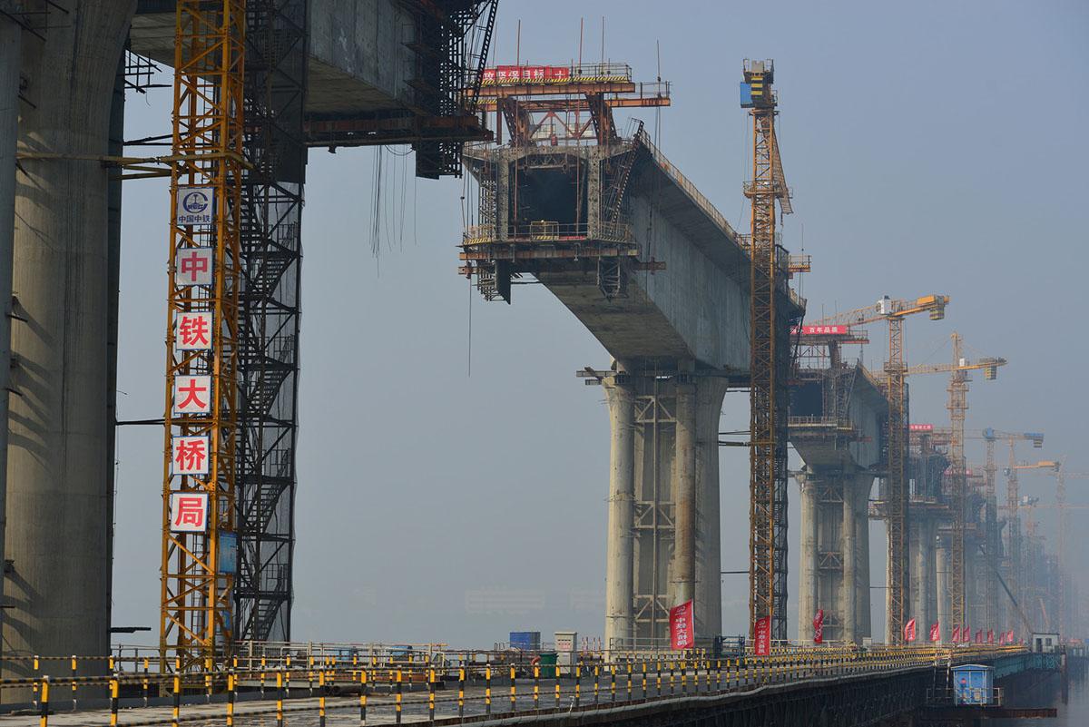 تقف الأعمدة الجسرية في موقع إنشاء جسر سكة حديد بناه مكتب جسر الصين للسكك الحديدية، كجزء من خط سكة حديد Wuhan-Shiyan الجديد عالي السرعة في Xiangyang، مقاطعة Hubei، في 8 نوفمبر، 2017.
