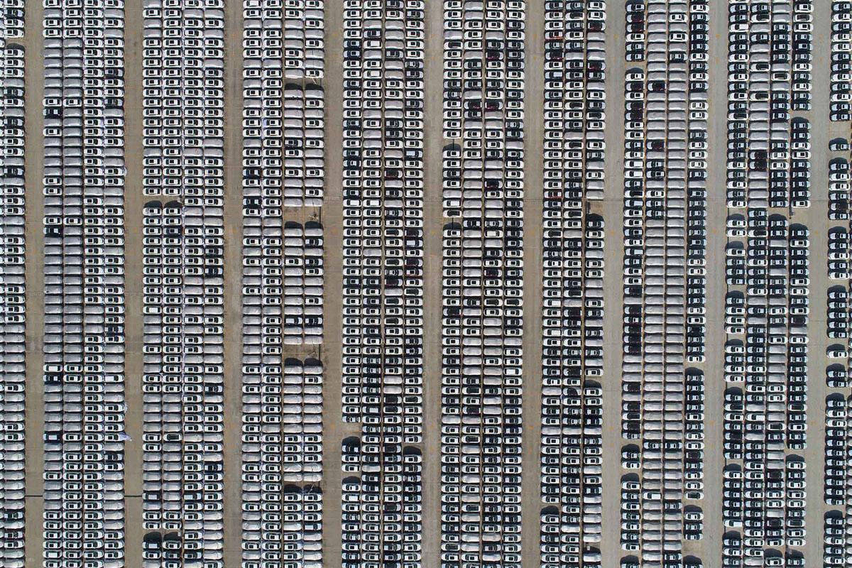 صورة جوية لسيارات متوقفة خارج مصنع للسيارات في شيانغيانغ، مقاطعة هوبي، في 26 نوفمبر 2017.
