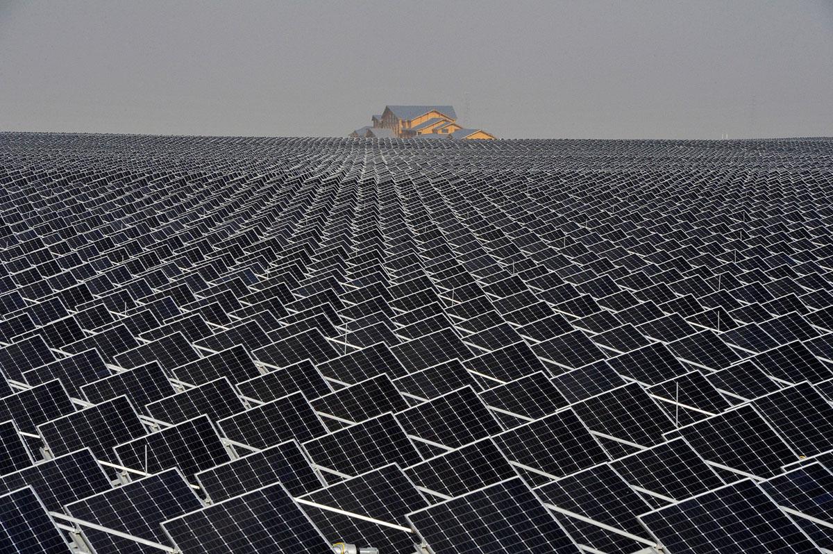 الألواح الشمسية تمتد إلى الأفق في منطقة قريبة من ينتشوان، منطقة نينغشيا ذاتية الحكم لقومية هوى، في 18 أبريل، 2017.